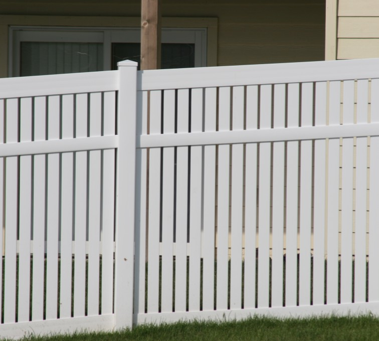 AmeriFence Corporation Kansas City - Vinyl Fencing, 6' alternating picket 571