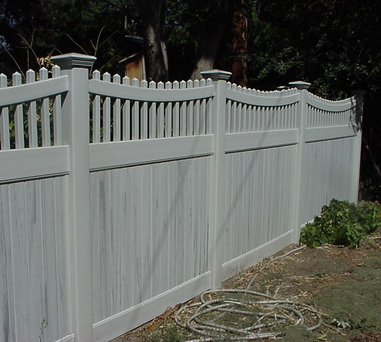 AmeriFence Corporation Kansas City - Vinyl Fencing, Privacy with Sloped Rail Picket Accent 703